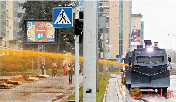 ■ 當局出動水炮車驅趕示威者。 法新社