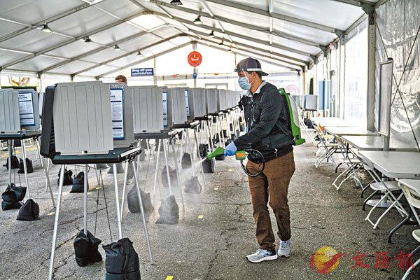 ■ 大選在即,加州職員忙於消毒票站。 彭博社