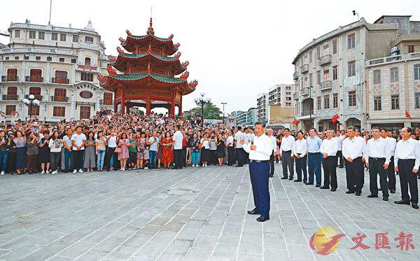 ■國家主席習近平在廣東汕頭市小公園開埠區街區同現場群眾親切交流。 新華社