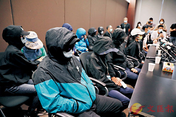 ■潛逃內地的「12逃犯」仍扣留深圳鹽田看守所。圖為「12逃犯」的所謂家屬早前見傳媒。資料圖片