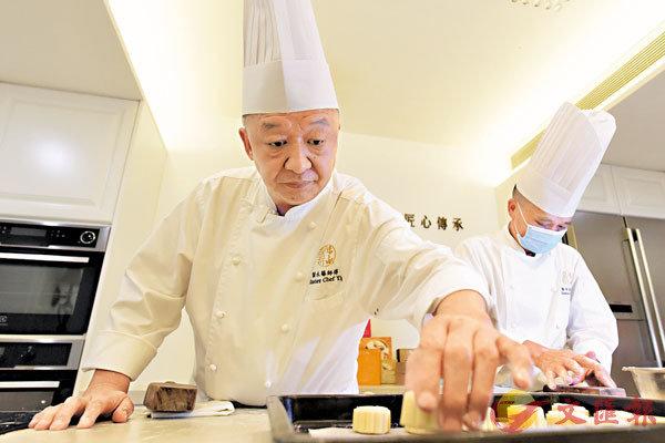■葉永華(左)製作月餅。