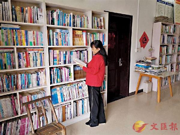■宋慶蓮在整理書籍。