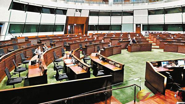 ■第六屆立法會延任後昨日復會,攬炒派議員即狂點人數,企圖製造流會。 香港文匯報記者  攝