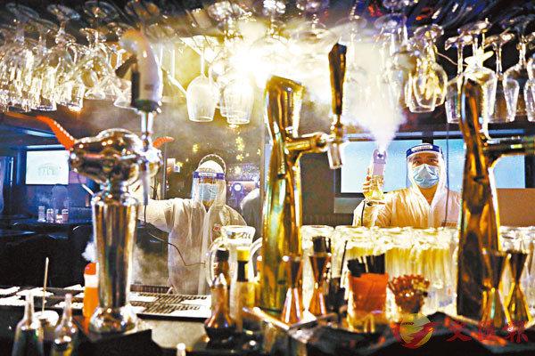 ■酒吧聯會示範酒吧業界實施�壎籵冀戔僧I程序。香港文匯報記者  攝
