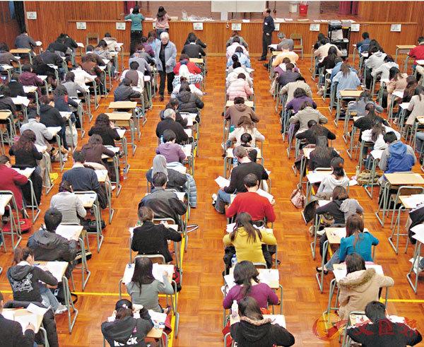 ■教育局昨公布教師語文基準試成績,普通話及英文達標率不足六成。圖為基準試試場。 資料圖片