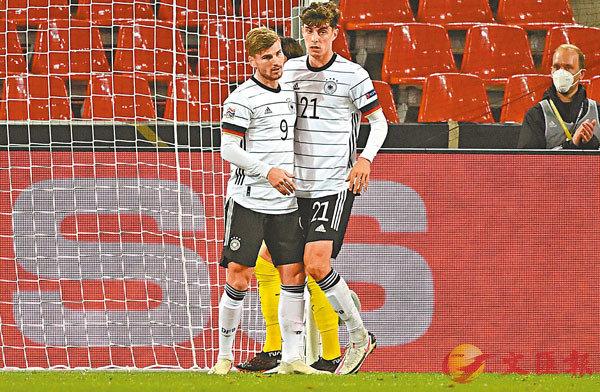 ■夏維斯(右)與迪姆華拿聯手協助德國隊保住1分。法新社
