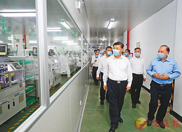 ■國家主席習近平10月12日在廣東潮州三環集團生產車間,了解核心技術攻關、自主創新和生產經營等情況。 資料圖片