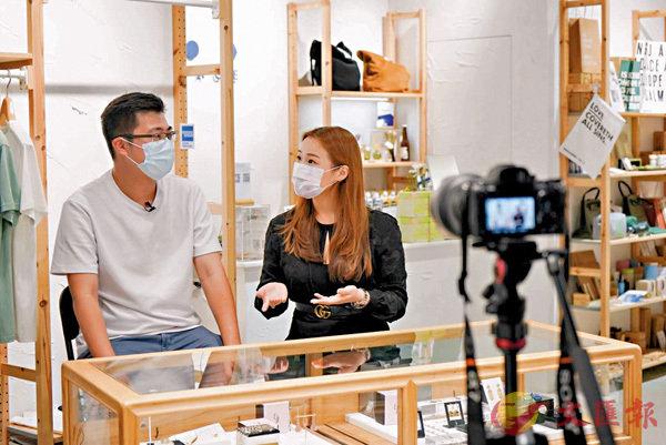 ■ 邵燕寧(右)與工作夥伴拍攝網絡宣傳視頻,宣傳自己的珠寶品牌。 受訪者提供
