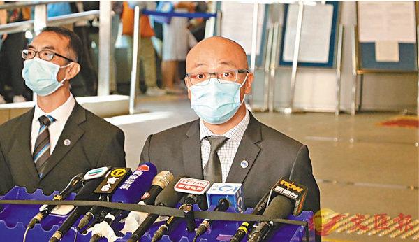 ■網罪科總督察戴子斌(右)交代拘捕6人涉管有逾600段兒童色情影片案件詳情。 香港文匯報記者 攝