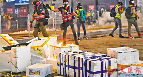 ■去年11月2日晚上,有示威者到旺角集結,其間有示威者向警方防線投擲燃燒瓶及以鐳射光照向警員。 資料圖片