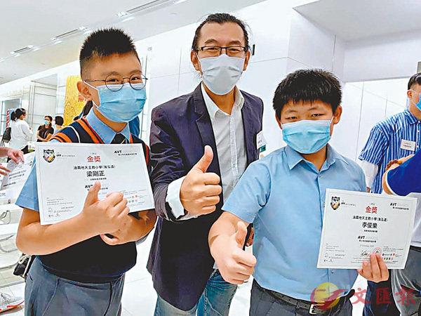 ■得獎學生梁剛正(左)、李俊樂(右)和基金創辦人陳岡毅(中)合影。
