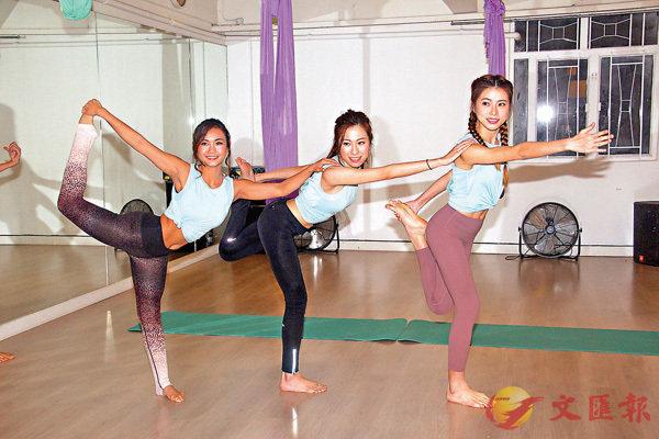 ■候選亞姐接受空中瑜伽訓練。