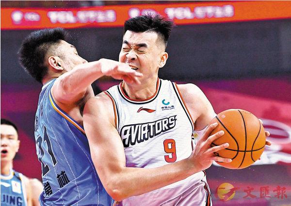 ■上屆�隊O深圳馬可波羅隊的李慕豪(右)今季轉投北京。 資料圖片