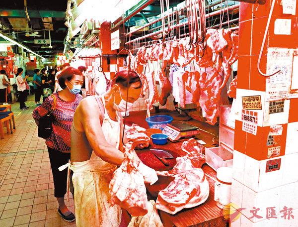 ■本港新鮮豬肉價格高企,市民紛紛轉買冰鮮豬肉,購買新鮮豬肉的市民漸少。      香港文匯報記者  攝