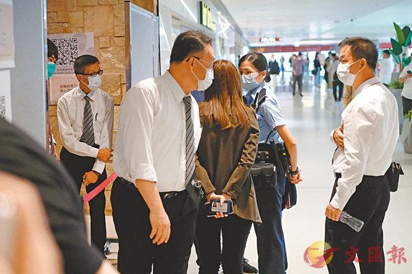 ■柏傲莊售樓處一度有警員懷疑因為限聚令到場了解,及後跟隨保安到後樓梯後離開。香港文匯報記者  攝