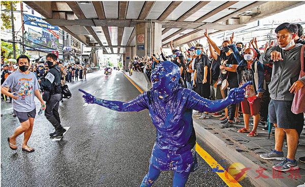 ■ 示威者再次上街。 美聯社