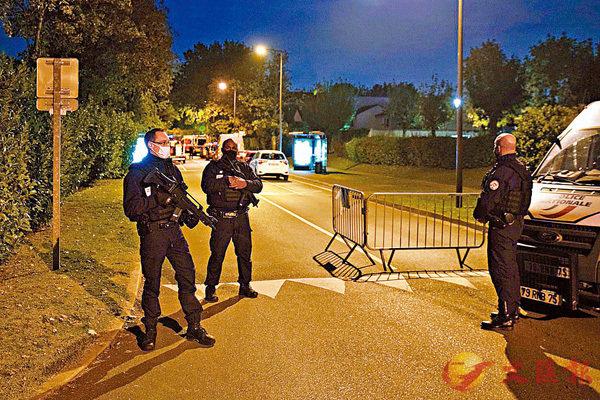 ■ 警察荷槍戒備,封鎖案發現場。法國一名教師因向學生展示穆罕默德漫畫前日遭當街斬首。 法新社