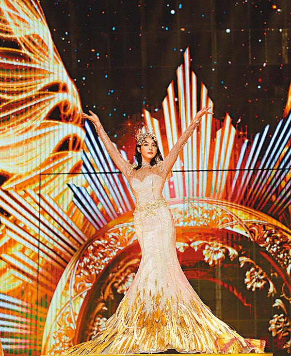 ■ 金鷹女神宋茜在大會上「從天而降」。