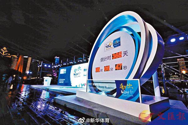 ■ 中國籃協主席姚明(右)與中國人壽集團副總裁盛和泰展示紀念球衣。 新華社