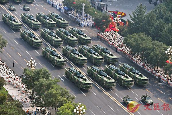 ■與老款導彈相比,「東風-17」射程更遠,且精確度更高。圖為去年10月1日,慶祝中華人民共和國成立70周年大會上受閱的「東風-17」常規導彈方隊。 資料圖片