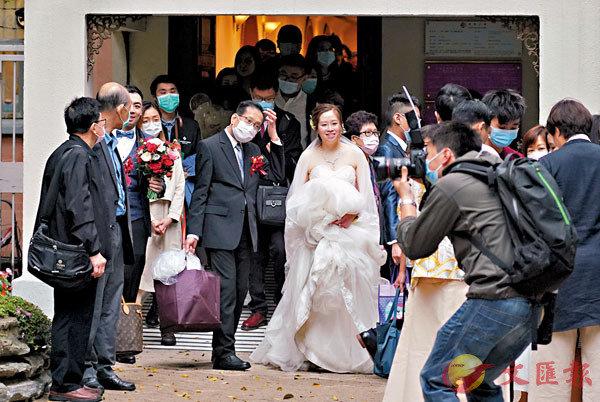 ■婚禮人數上限獲放寬至50人。圖為新人參加婚禮。 資料圖片