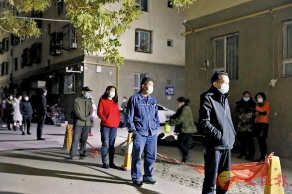 至昨日下午4時,疏附縣檢測出無症狀感染者26例。圖為前日,喀什的居民排隊等待做核酸檢測。 網上圖片