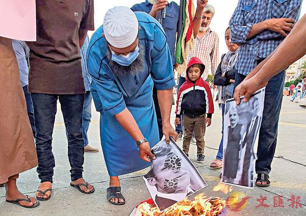 ■ 利比亞有民眾焚燒馬克龍的肖像。 法新社