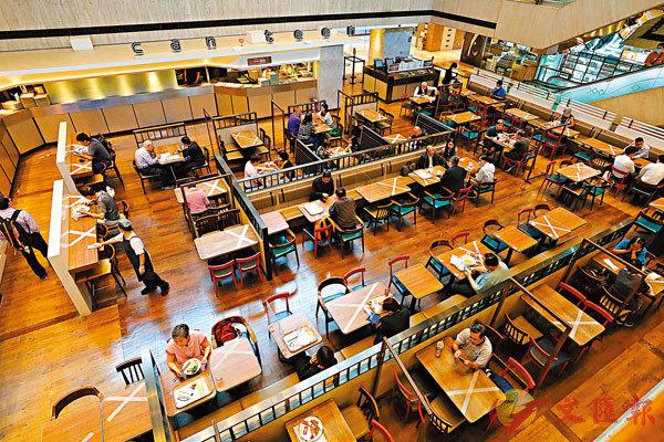 ■政府放寬食肆限令,同�^人數上限由4人增至6人,提供堂食的時間將延長兩小時至凌晨1時59分。 香港文匯報記者  攝