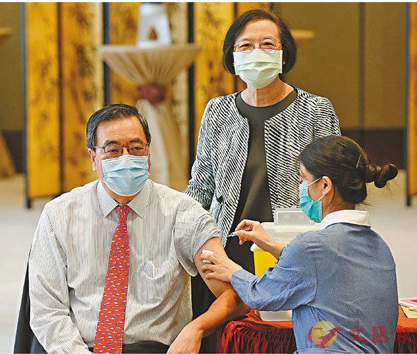 ■立法會主席梁君彥接種流感疫苗。 香港文匯報記者  攝