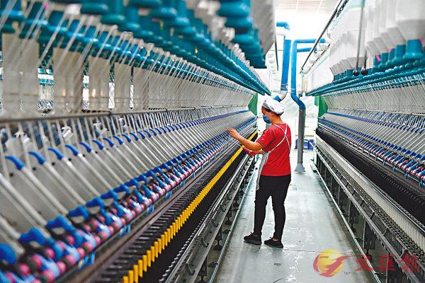 ■10月份,中國製造業採購經理指數(PMI)為51.4%,比上月微落0.1個百分點。圖為10月27日,福建省長汀縣一家紡織廠工人在生產車間作業。  中新社