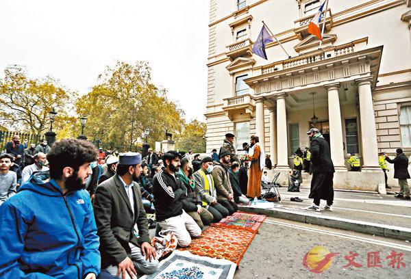 英國  ■示威者在法國駐英大使館外抗議。 美聯社