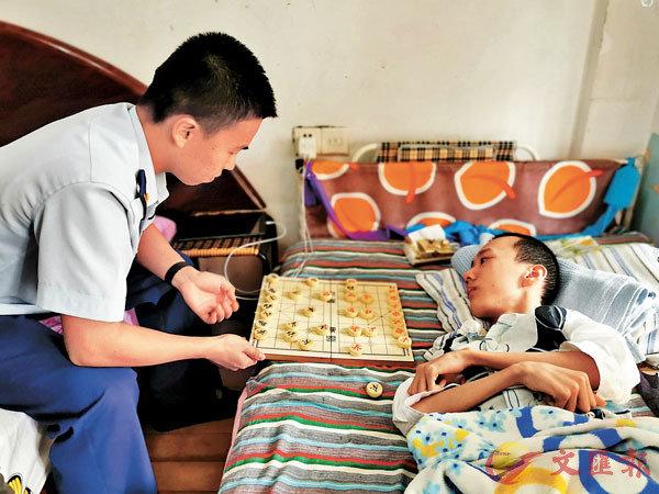 ■消防指戰員在床邊陪昊昊聊天下棋。 網上圖片