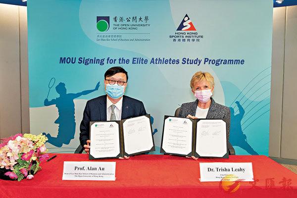 ■李翠莎博士(右)與區啟明教授簽署合作備忘錄。  體院圖片