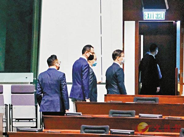 ■楊岳橋、郭榮鏗、郭家麒及梁繼昌被DQ後離開議事廳。 香港文匯報記者  攝