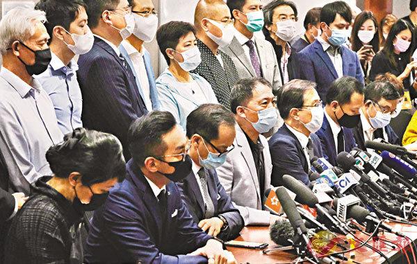 ■全國人大常委會表決通過決定後,攬炒派即舉行記者會,宣布會「鬧辭」。香港文匯報記者  攝