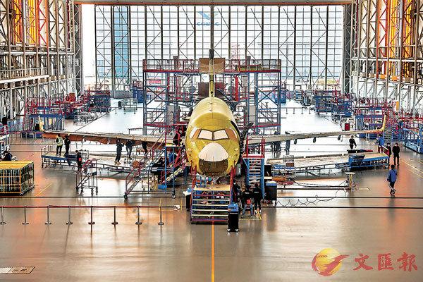 ■社科院專家表示,「十四五」要保持製造業比重基本穩定。圖為中國商飛公司上海飛機製造有限公司生產車間。 新華社