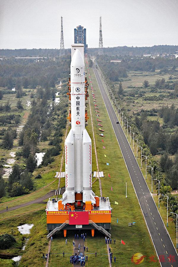 ■昨日,長征五號遙五運載火箭和嫦娥五號探測器在中國文昌航天發射場完成技術區總裝測試工作後,垂直轉運至發射區。圖為昨日在中國文昌航天發射場的長征五號遙五運載火箭。 新華社