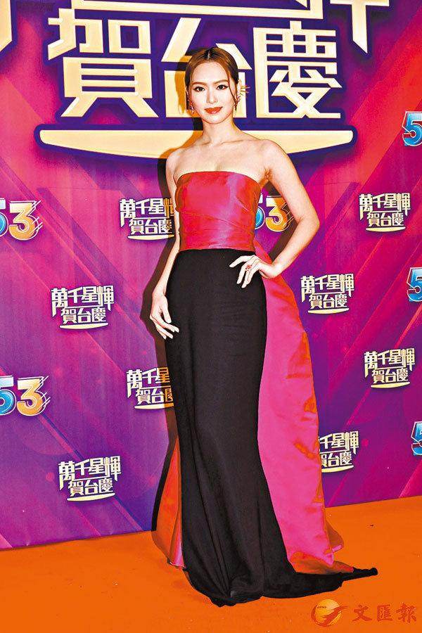 馮盈盈今年穿得好密實,只穿TUBETOP緊身長裙。