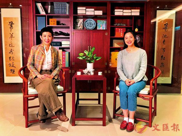 ■ 吳君如(左)接受姚�Z女兒魯麒(右)訪問。