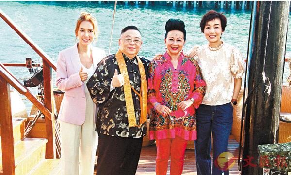 ■左起:傅嘉莉、李居明、薛家燕和江美儀租用帆船出維港拍片。