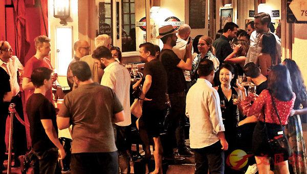 ■本港昨日錄得43宗新冠肺炎確診個案,為3個多月新高。雖然當局呼籲市民盡量減少出街,但昨晚在中環酒吧街依然人頭湧湧。 香港文匯報記者  攝