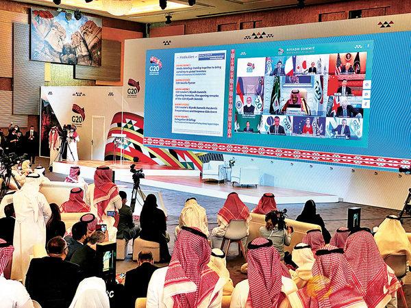 ■二十國集團領導人第十五次峰會第一階段會議21日以視頻方式舉行。圖為輪值主席國沙特阿拉伯的記者收看開幕式。   路透社