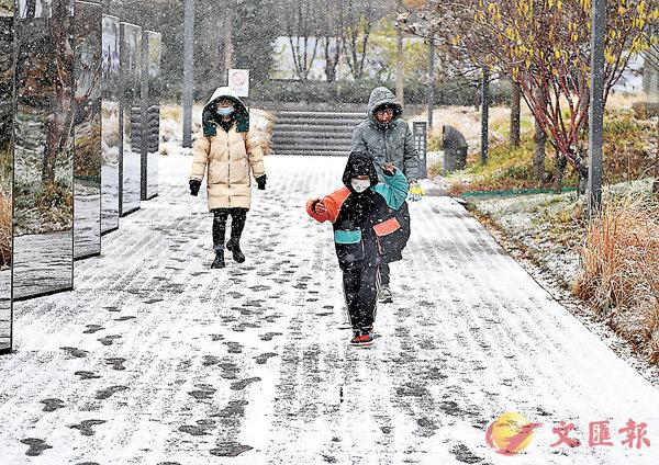 ■昨日,遊人在雪中遊覽北京首鋼園。當日,北京迎來今冬第一場雪。 新華社