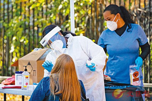 ■ 馬里蘭州醫護人員為居民做新冠檢測。 彭博社