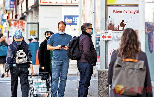 ■ 加拿大疫情急速惡化。多倫多市民在超市外排隊等待購物。新華社