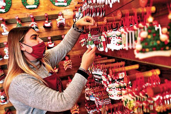 ■ 意大利聖誕主題的商店準備營業。 路透社