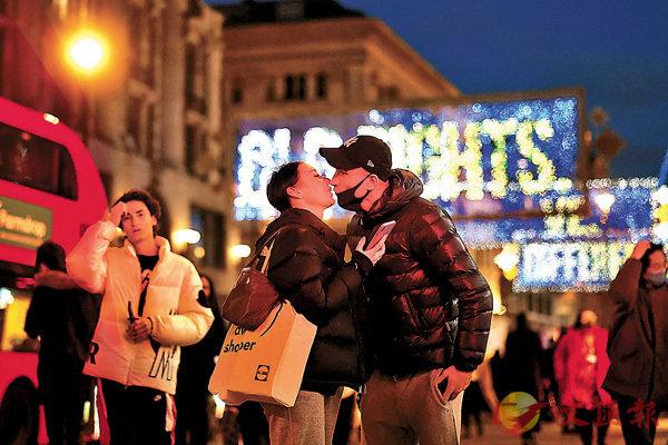 ■ 英國牛津一對戀人在行人路上擁吻。 路透社