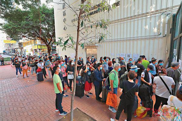 ■ 油麻地梁顯利社區中心檢測站外排成三列,分為強制檢測、自願檢測和領取報告。 香港文匯報記者 攝