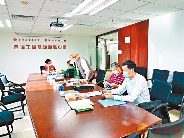 ■許多香港長者赴工聯會深圳中心尋求「回港易計劃」申請幫助。香港文匯報記者李昌鴻  攝