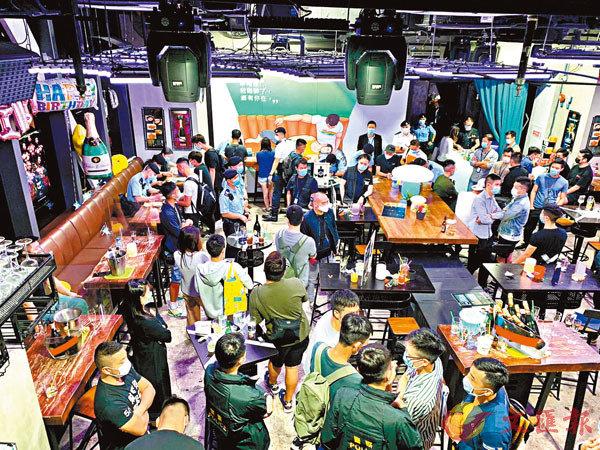 ■警方疫情下加強巡查酒吧食肆,其中酒吧有多人疑違反限聚令被票控。 警方供圖